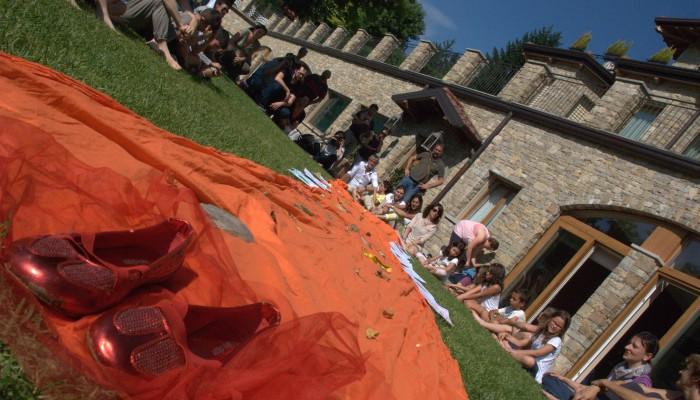 Campo Solare Estivo a Bergamo -  sentiero di mattoni gialli che insieme abbiamo percorso